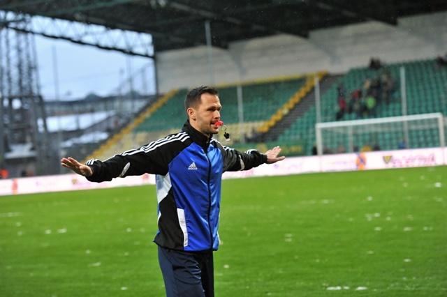 Na snímke hlavný rozhodca Ivan Kružliak ruší zápas 21. kola Fortuna ligy MŠK Žilina - AS Trenčín v Žiline 1. marca 2016. Rozhodca Kružliak aj po dvojitej kontrole uznal silno podmočený terén za nespôsobilý pre zápas