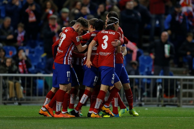 Hráči Atlética Madrid oslavujú otvárací gól v zápase 27. kola španielskej La Ligy Atlético Madrid - Real Sociedad