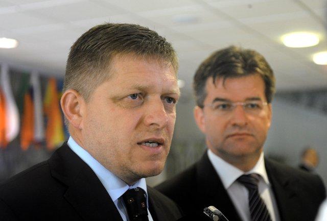 Na snímke vľavo predseda vlády SR Robert Fico a podpredseda vlády SR a minister zahraničných vecí SR Miroslav Lajčák