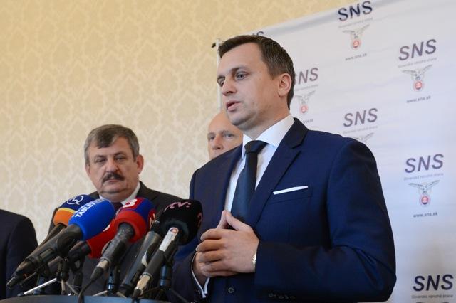Na snímke predseda SLovenskej národnej strany (SNS) Andrej Danko (vpravo v popredí)
