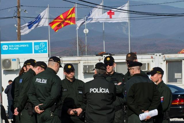 Predseda vlády SR Robert Fico a minister vnútra Robert Kaliňák v stredu 2. marca 2016 navštívili macedónsko–grécke hranice. Stretli sa so slovenskými policajtmi, ktorí v tejto oblasti pôsobia. Na snímke slovenskí policajti v tranzitnom tábore