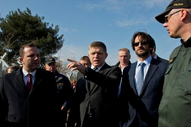 Na snímke predseda vlády SR Robert Fico (tretí sprava), minister vnútra Robert Kaliňák počas návštevy macedónsko–gréckej hranice pri juhomacedónskom meste Gevgelija
