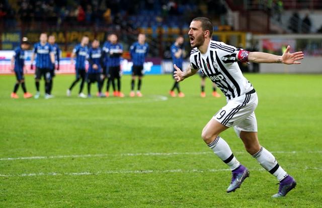 Futbalista Juventusu Leonardo Bonucci sa teší po strelení rozhodujúceho gólu v penaltovom rozstrele v semifinálovej odvete Talianskeho pohára Inter Miláno - Juventus Turín