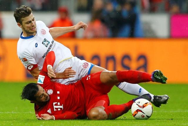 Alexander Hack (hore) z Mainzu a Medhi Benatia z Bayernu Mníchov počas zápasu 24. kola nemeckej bundesligy