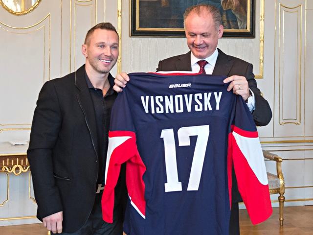 Na snímke vpravo prezident SR Andrej Kiska si prezerá dres HC Slovan Bratislava s číslom 17, ktorý mu daroval slovenský hokejista Ľubomír Višňovský počas prijatia v Prezidentskom paláci v Bratislave