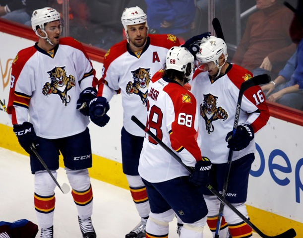 Hokejisti Floridy Panthers sa tešia po strelení gólu v zápase zámorskej hokejovej NHL proti Coloradu Avalanche v Denveri 3. marca 2016. Vpravo Jaromír Jágr, druhý sprava strelec gólu Erik Gudbranson. Český hokejista Jaromír Jágr je už historicky tretím najproduktívnejším hráčom zámorskej NHL