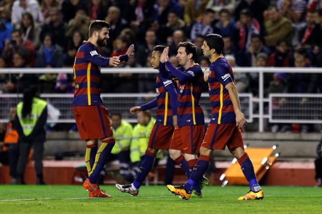 Na snímke druhý sprava útočník Barcelony Lionel Messi oslavuje so spoluhráčmi svoj gól v zápase 27. kola španielskej futbalovej Primera Division Rayo Vallecano – FC Barcelona