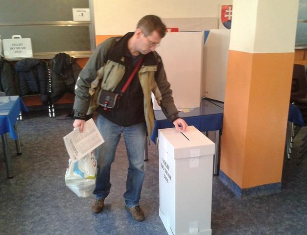 Pán Miroslav z Košíc vhadzuje obálku do volebnej urny vo voľbách do Národnej rady SR vo Zvolene