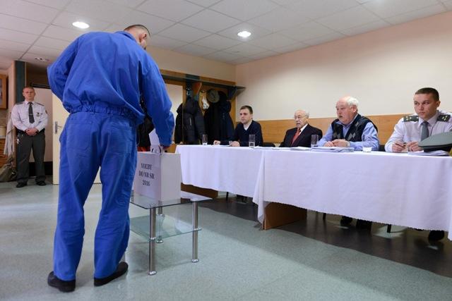 Na snímke volič vhadzuje obálku s hlasovacím lístkom do volebnej urny vo voľbách do Národnej rady SR vo volebnej miestnosti v Ústave na výkon väzby a Ústave na výkon trestu odňatia slobody v Nitre