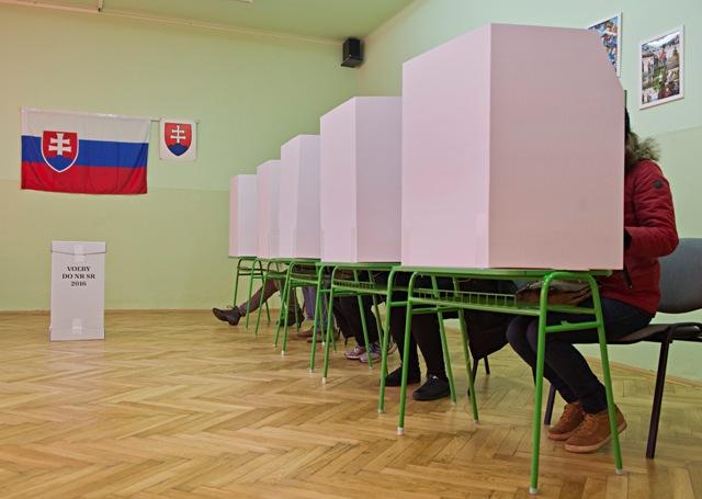 Na snímke voliči