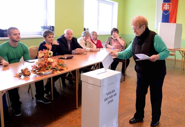 Na snímke prvá volička v obci Slanská Huta Emília Kolesárová vhadzuje obálku do volebnej urny vo voľbách do Národnej rady SR  v obci Slanská Huta