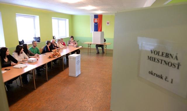 Na snímke volebná miestnosť s členmi okrskovej volebnej komisie vo voľbách do Národnej rady SR  v obci Slanská Huta