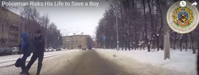 Milicionár odtiahol chlapca za batoh a prijal náraz autá na seba