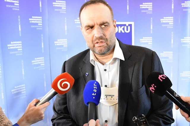 Na snímke predseda SDKÚ-DS Pavol Frešo reaguje v centrále strany na prvé predbežné odhady výsledkov volieb do Národnej rady SR. Bratislava, 5. marca 2016