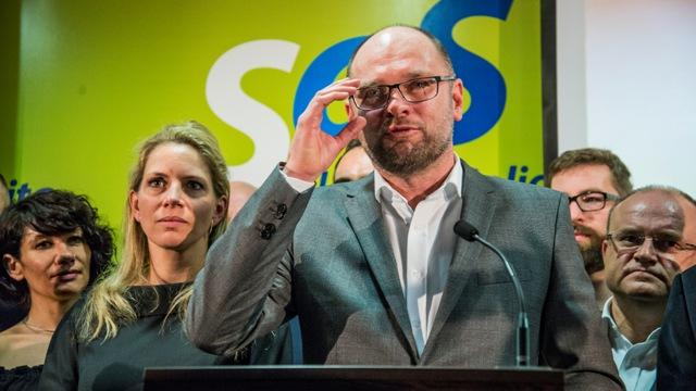 Na snímke zľava Lucia Nicholsonová, podpredsedníčka strany Anna Kiššová, predseda SaS Richard Sulík, Martin Poliačik a Jozef Mihál počas tlačovej konferencie strany Sloboda a solidarita počas volebnej noci v Liberálnom dome, 5. marca 2016 v Bratislave