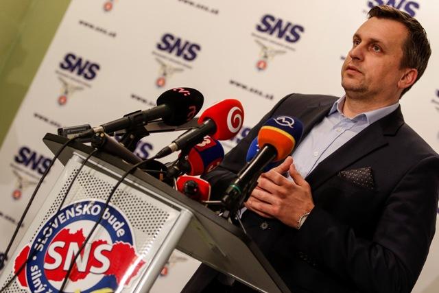Na snímke predseda Slovenskej národnej strany (SNS) Andrej Danko počas tlačovej konferencie v centrále strany počas volebnej noci v Bratislave 6. marca 2016