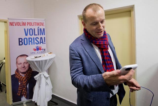 Na snímke predseda hnutia Sme Rodina Boris Kollár sa teší vo volebnej centrále počas volebnej noci