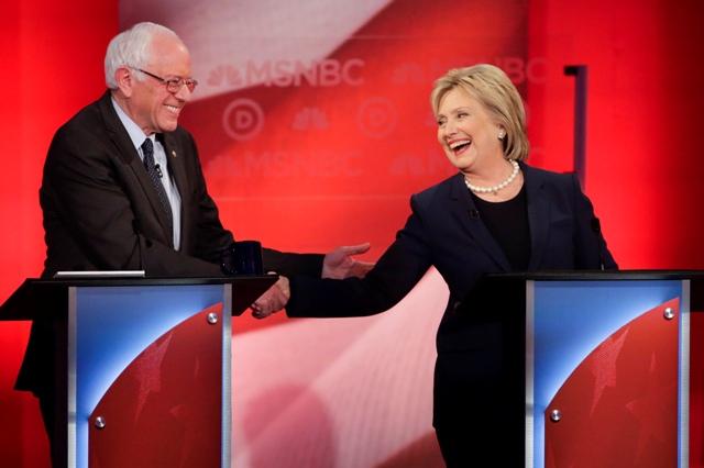 Na snímke bývalá americká ministerka zahraničných vecí Hillary Clintonová (vpravo) a senátor za štát Vermont Bernie Sanders