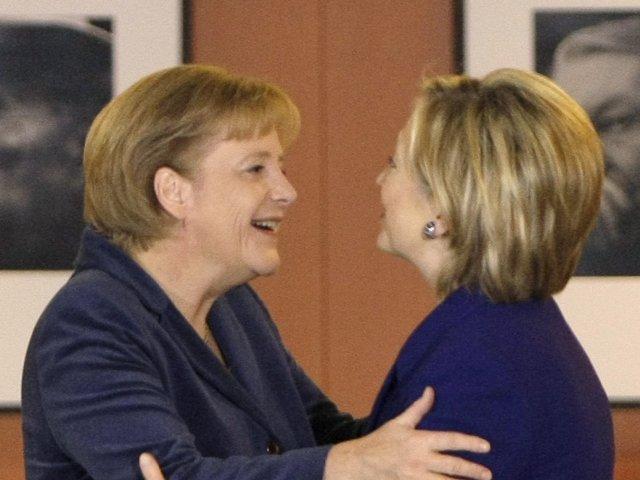 Na snímke nemecká kancelárka Angela Merkelová (vľavo) a Hillary Clintonová
