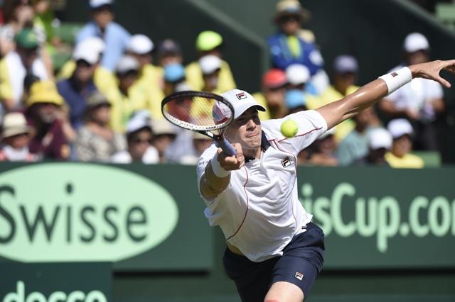 Americký tenista John Isner odvracia loptičku Austrálčanovi Bernardovi Tomicovi v tretej dvojhre zápasu 1. kola Davisovho pohára medzi tenistami Austrálie a USA