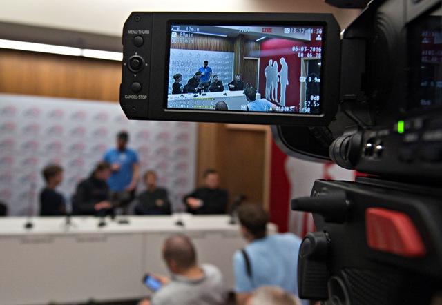 Na Slovensku sa v sobotu 5. marca 2016 uskutočnili parlamentné voľby, v ktorých sa o priazeň voličov uchádzalo 23 politických strán. Na snímke čakajúci novinári v centrále Smeru-SD v Bratislave 6. marca 2016