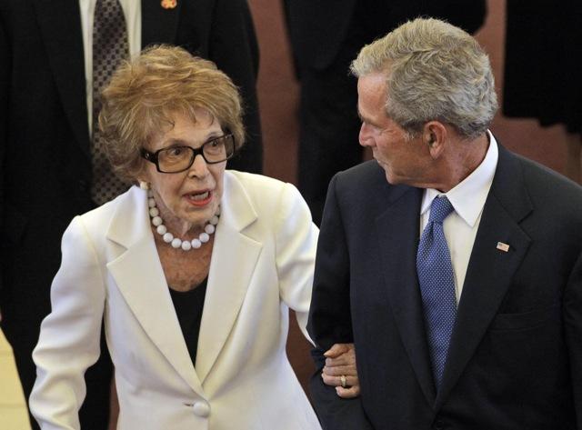 Na snímke vľavo bývalá prvá dáma USA Nancy Reaganová