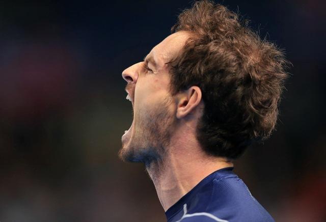 Na snímke britský tenista Andy Murray sa hnevá v zápase s Japoncom Keiom Nišikorim v 1. kole svetovej skupiny Davisovho pohára Veľká Británia - Japonsko v Birminghame 6. marca 2016
