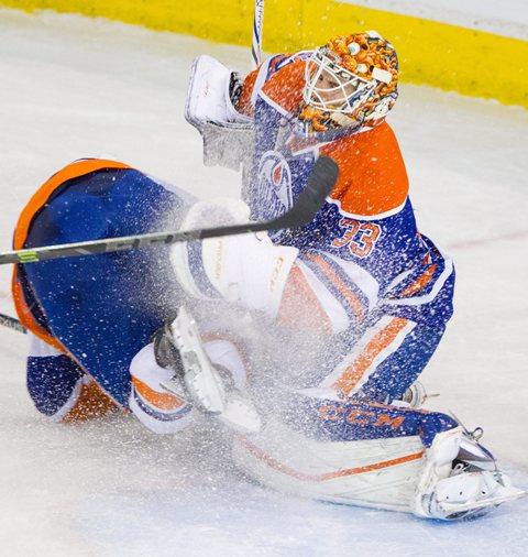 Na snímke vpravo brankár Edmontonu Oilers Cam Talbot