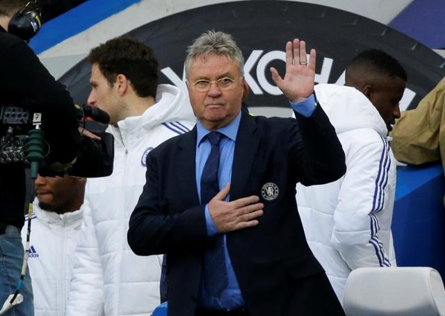 Na snímke kouč futbalistov londýnskej Chelsea Guus Hiddink