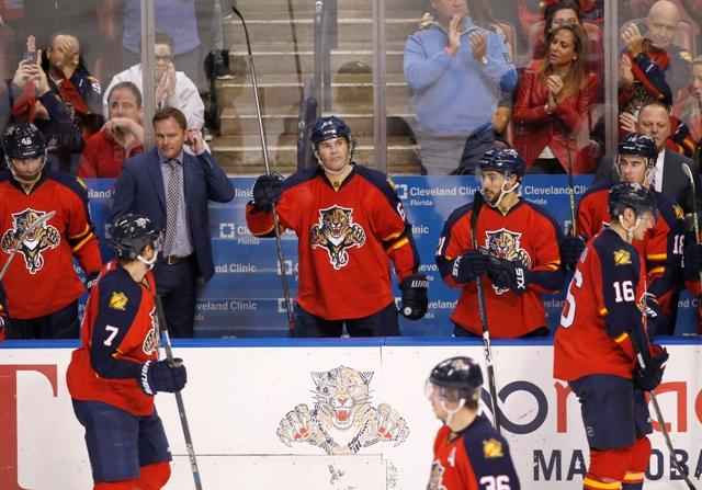 Na snímke v strede český útočník Floridy Jaromír Jágr zdraví divákov zo striedačky po dosiahnutí 1851 bodu v tabuľke produktivity za nahrávku počas zápasu NHL Boston Bruins - Florida Panthers