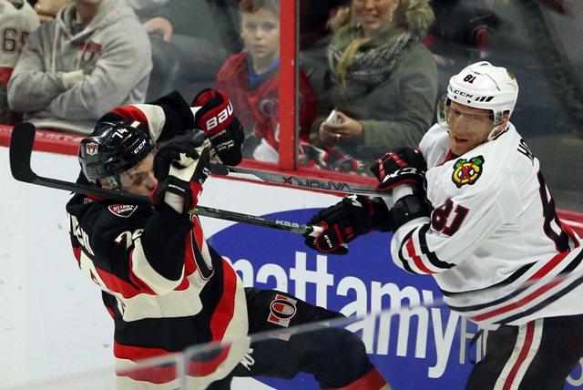 Na snímke vľavo hráč Ottawy Mark Borowiecki