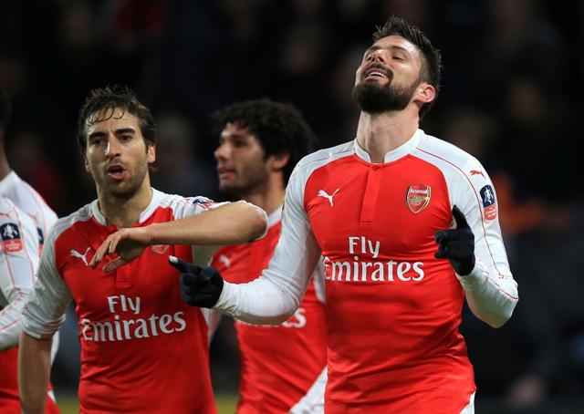 Na snímke Olivier Giroud (vpravo) z Arsenalu sa teší z gólu počas zápasu 5. kola Pohára FA proti Hull City