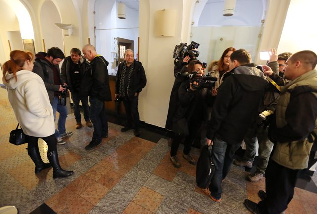 Na snímke nespokojní novinári, ktorým nebol umožnený vstup na tlačovú konferenciu na tému vyjadrení prezidenta SR Andreja Kisku k výsledkom parlamentných volieb a k rokovaniam s jednotlivými zvolenými parlamentnými stranami v Banskej Bystrici 8. marca 2016