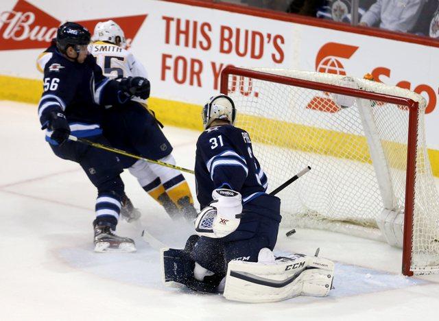 Na snímke slovenský útočník Jets Marko Daňo (prvý zľava) nedokázal zabrániť útočníkovi Predators Craigovi Smithovi (druhý zľava) prekonať českého brankára Jets Ondřeja Pavelca  v zápase hokejovej NHL Nashville Predators - Winnipeg Jets