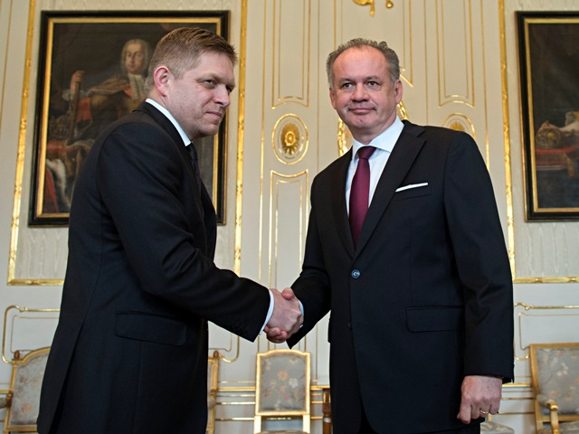 Na snímke vpravo prezident SR Andrej Kiska prijal  lídra strany Smer-SD Roberta Fica 9. marca 2016 v Bratislave