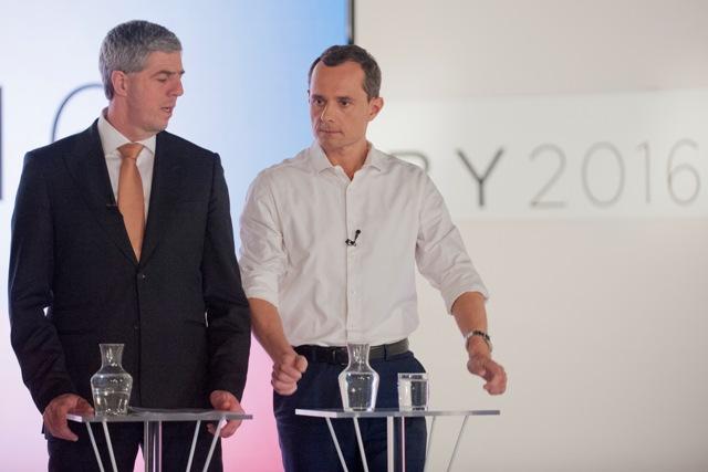 Na snímke vľavo predseda strany Most-Híd Béla Bugár a vpravo predseda strany #Sieť Radoslav Procházka