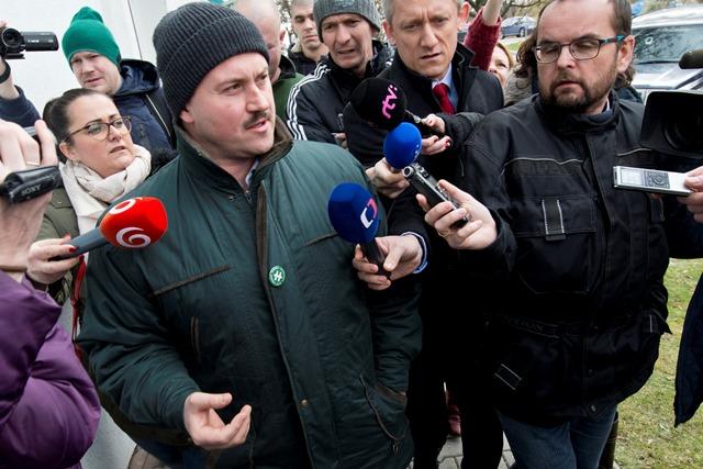 Na snímke uprostred predseda Ľudovej strany Naše Slovensko Marian Kotleba