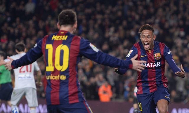 Hráči Barcelony Lionel Messi (vľavo) a Neymar na štadióne Nou Camp v Barcelone