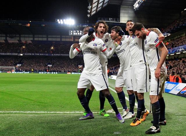 Hráči Paríža St. Germain sa tešia po góle spoluhráča Zlatana Ibrahimoviča vo futbalovom zápase osemfinále Ligy majstrov Chelsea Londýn - Paríž St. Germain