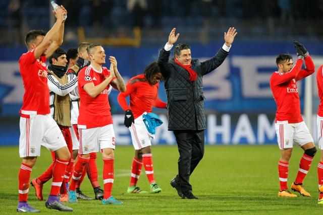 Tréner Benficy Lisabon Rui Vitoria a jeho zverenci sa tešia po výhre v odvetnom osemfinálovom zápase Ligy majstrov  Zenit Petrohrad - Benfica Lisabon