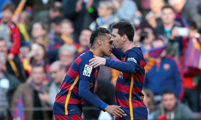 Na snímke hráči Barcelony, vľavo Neymar a Lionel Messi