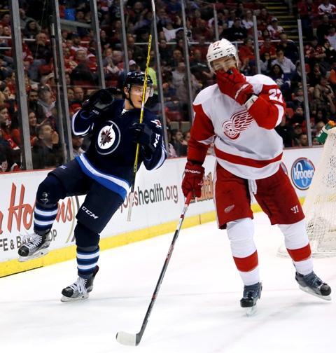 Na snímke Marko Daňo (vľavo) z Winnipegu Jets sa raduje z gólu počas zápasu zámorskej NHL proti Detroitu Red Wings