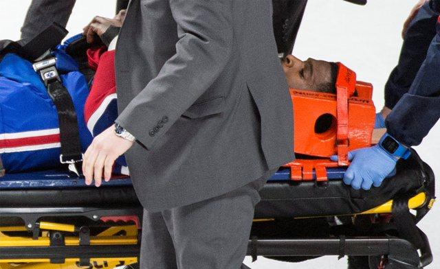 Zraneného hráča Montrealu Canadiens P.K. Subbana prevážajú na nosidlách počas zápasu zámorskej NHL proti Buffalu Sabres