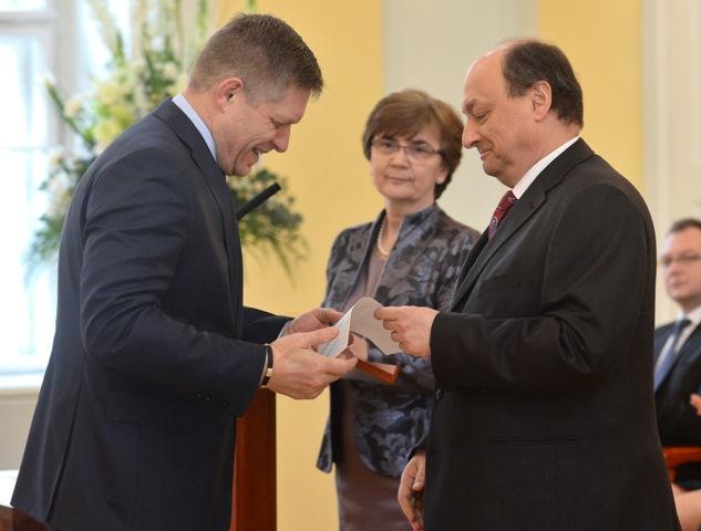 Na snímke predseda Smer-SD Robert Fico (vľavo) pri preberaní osvedčenia o zvolení za poslanca NR SR z rúk predsedu Štátnej komisie pre voľby a kontrolu financovania politických strán Eduarda Báránya
