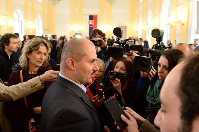Na snímke predseda strany Ľudová strana Naše Slovensko Marian Kotleba (uprostred) poskytuje rozhovor novinárom