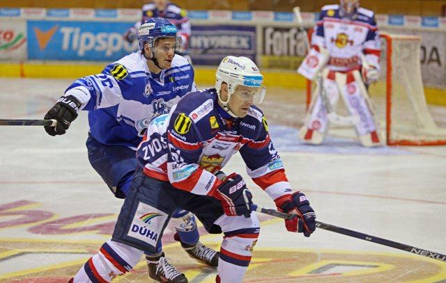 Na snímke sprava Juraj Jurík (Zvolen) a Vladimír Lantoš (Poprad) v prvom zápase štvrťfinále play off hokejovej Tipsport Ligy HKm Zvolen - HK Poprad