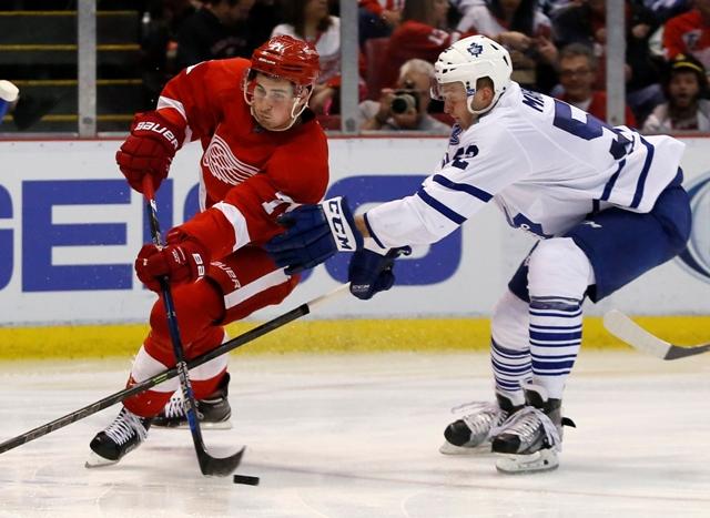 Hokejista Toronta Maple Leafs Slovák Martin Marinčin (vpravo) a hráč Detroitu Red Wings Dylan Larkin v zápase zámorskej hokejovej NHL Detroit Red Wings - Toronto Maple Leafs