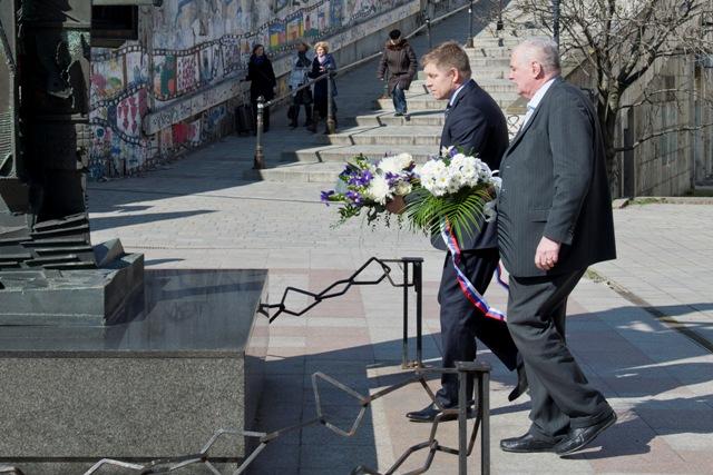 Predseda vlády SR Robert Fico (druhý vpravo) položil na Rybnom námestí v Bratislave veniec k Pamätníku obetiam holokaustu. Na snímke vpravo riaditeľ Múzea židovskej kultúry Pavol Mešťan