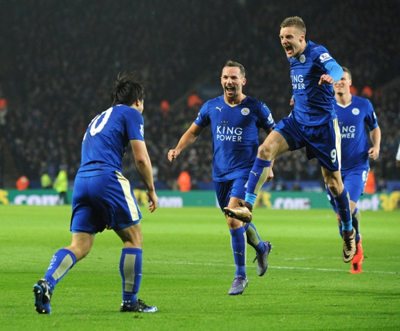 Na snímke vľavo útočník Leicestru Šindži Okazaki oslavuje svoj gól so spoluhráčmi, vpravo Jamie Vardy a uprostred Daniel Drinkwater v dohrávke 30. kola anglickej futbalovej Premier League Leicester City - Newcastle United