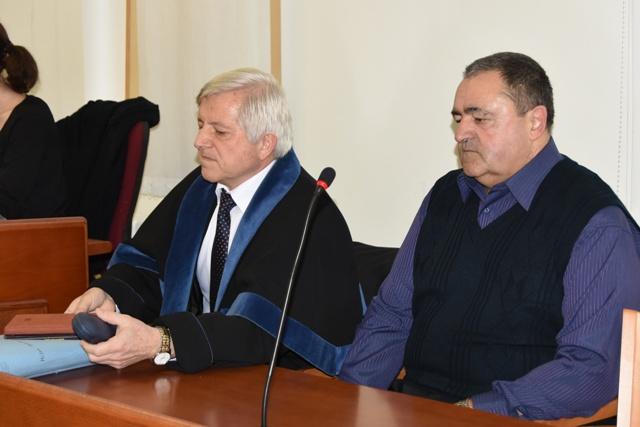 Na snímke šofér autobusu Milan H. (vpravo), ktorý havaroval 6. júna 2014 pri Trnave počas súdu na Okresnom súde v Trnave v utorok 15. marca 2016